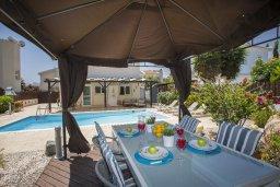 Обеденная зона. Кипр, Ионион - Айя Текла : Прекрасная вилла с 3-мя спальнями, 2-мя ванными комнатами, с бассейном, зелёным садом, тенистой террасой с патио и барбекю, расположена в тихом жилом районе на окраине Айя-Напы в 100 метрах от моря