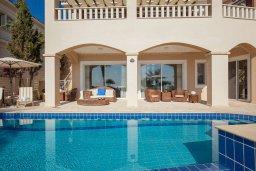 Фасад дома. Кипр, Корал Бэй : Роскошная вилла с невероятным панорамным видом на море, с 7-ю спальнями, 7-ю ванными комнатами, бассейном, джакузи, зелёным садом, барбекю, бильярд, расположена в самом сердце Coral Bay