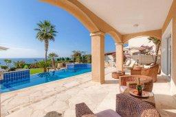 Терраса. Кипр, Корал Бэй : Роскошная вилла с невероятным панорамным видом на море, с 7-ю спальнями, 7-ю ванными комнатами, бассейном, джакузи, зелёным садом, барбекю, бильярд, расположена в самом сердце Coral Bay