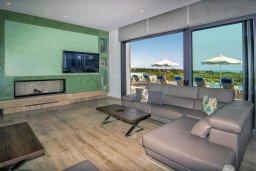 Гостиная. Кипр, Пейя : Роскошная вилла с невероятным видом на средиземное море, с 5-ю спальнями, 6 ванными комнатами, большим бассейном, lounge-зоной, террасой на крыше, сауной, домашним кинотеатром и уличным баром