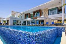 Фасад дома. Кипр, Пейя : Роскошная вилла с невероятным видом на средиземное море, с 5-ю спальнями, 6 ванными комнатами, большим бассейном, lounge-зоной, террасой на крыше, сауной, домашним кинотеатром и уличным баром