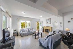 Гостиная. Кипр, Фиг Три Бэй Протарас : Очаровательная вилла с 5-ю спальнями, 2-мя ванными комнатами, приватным зелёным садом, тенистой террасой с патио и традиционной кипрской печью