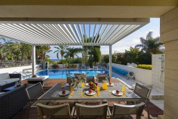 Патио. Кипр, Каппарис : Роскошная вилла в 100 метрах от пляжа с бассейном и зеленым двориком, 3 спальни, 2 ванные комнаты, барбекю, парковка, Wi-Fi