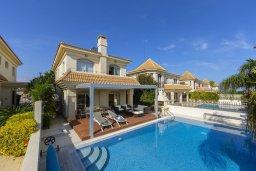 Фасад дома. Кипр, Каппарис : Роскошная вилла в 100 метрах от пляжа с бассейном и зеленым двориком, 3 спальни, 2 ванные комнаты, барбекю, парковка, Wi-Fi