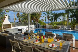 Обеденная зона. Кипр, Каппарис : Роскошная вилла в 100 метрах от пляжа с бассейном и зеленым двориком, 3 спальни, 2 ванные комнаты, барбекю, парковка, Wi-Fi