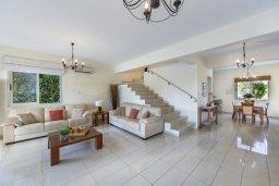 Гостиная. Кипр, Каппарис : Роскошная вилла в 100 метрах от пляжа с бассейном и зеленым двориком, 3 спальни, 2 ванные комнаты, барбекю, парковка, Wi-Fi