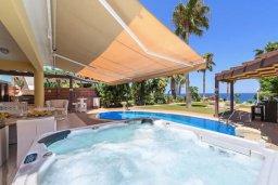 Зона отдыха у бассейна. Кипр, Каппарис : Роскошная вилла с панорамным видом на море, с 5-ю спальнями, 4-мя ванными комнатами, бассейном, в окружение зелёного сада, джакузи, уличным баром и lounge-зоной, с непосредственным доступом к пляжам Malama Beach и Firemans Beach