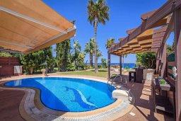 Бассейн. Кипр, Каппарис : Роскошная вилла с панорамным видом на море, с 5-ю спальнями, 4-мя ванными комнатами, бассейном, в окружение зелёного сада, джакузи, уличным баром и lounge-зоной, с непосредственным доступом к пляжам Malama Beach и Firemans Beach