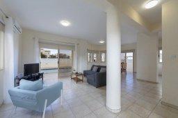 Гостиная. Кипр, Каппарис : Комфортабельная вилла с 3 спальнями, с бассейном, просторной террасой с патио и барбекю,  расположена недалеко от пляжа Armyropigado