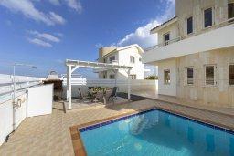 Зона отдыха у бассейна. Кипр, Каппарис : Комфортабельная вилла с 3 спальнями, с бассейном, просторной террасой с патио и барбекю,  расположена недалеко от пляжа Armyropigado