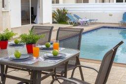 Обеденная зона. Кипр, Каппарис : Комфортабельная вилла с 3 спальнями, с бассейном, просторной террасой с патио и барбекю,  расположена недалеко от пляжа Armyropigado