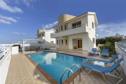 Фасад дома. Кипр, Каппарис : Комфортабельная вилла с 3 спальнями, с бассейном, просторной террасой с патио и барбекю,  расположена недалеко от пляжа Armyropigado