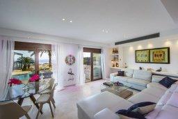 Гостиная. Кипр, Коннос Бэй : Роскошная вилла с панорамным видом на море, с 4-мя спальнями, 3-мя ванными комнатами, с бассейном, тенистой террасой с патио, барбекю и lounge-зоной, расположена в тихом и закрытом жилом комплексе