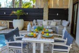 Обеденная зона. Кипр, Коннос Бэй : Роскошная вилла с панорамным видом на море, с 4-мя спальнями, 3-мя ванными комнатами, с бассейном, тенистой террасой с патио, барбекю и lounge-зоной, расположена в тихом и закрытом жилом комплексе