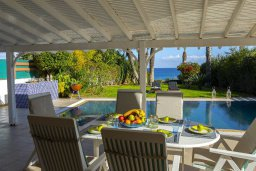Обеденная зона. Кипр, Каппарис : Роскошная современная вилла с панорамным видом на море, с 5 спальнями, с бассейном, тенистой террасой с патио и барбекю, расположена на побережье Протараса