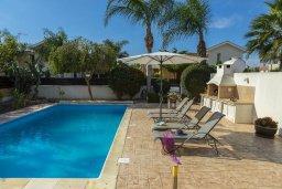 Зона отдыха у бассейна. Кипр, Перволия : Удивительная вилла с 3-мя спальнями, 2-мя ванными комнатами, с бассейном, зелёным двориком с барбекю, патио и настольным теннисом, расположена в тихом закрытом комплексе