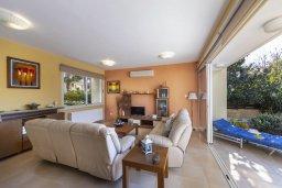 Гостиная. Кипр, Перволия : Удивительная вилла с 3-мя спальнями, 2-мя ванными комнатами, с бассейном, зелёным двориком с барбекю, патио и настольным теннисом, расположена в тихом закрытом комплексе