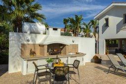 Обеденная зона. Кипр, Перволия : Удивительная вилла с 3-мя спальнями, 2-мя ванными комнатами, с бассейном, зелёным двориком с барбекю, патио и настольным теннисом, расположена в тихом закрытом комплексе