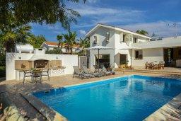 Фасад дома. Кипр, Перволия : Удивительная вилла с 3-мя спальнями, 2-мя ванными комнатами, с бассейном, зелёным двориком с барбекю, патио и настольным теннисом, расположена в тихом закрытом комплексе