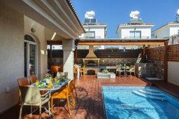Зона отдыха у бассейна. Кипр, Каппарис : Уютная вилла с 2 спальнями, с бассейном, беседкой с патио, барной стойкой и барбекю, расположена в тихом районе Протараса