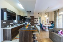 Кухня. Кипр, Каппарис : Уютная вилла с 2 спальнями, с бассейном, беседкой с патио, барной стойкой и барбекю, расположена в тихом районе Протараса