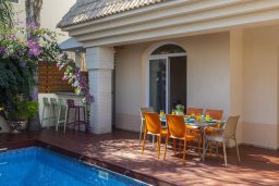 Обеденная зона. Кипр, Каппарис : Уютная вилла с 2 спальнями, с бассейном, беседкой с патио, барной стойкой и барбекю, расположена в тихом районе Протараса