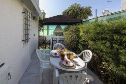 Терраса. Кипр, Коннос Бэй : Уютная вилла с 2 спальнями, зелёным двориком, крытыми верандами с патио, барной стойкой и барбекю
