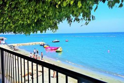 Вид на море. Кипр, Гермасойя Лимассол : Апартамент в комплексе с бассейном и в 10 метрах от пляжа, с гостиной, двумя спальнями и балконом с видом на море