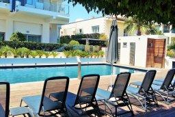 Бассейн. Кипр, Гермасойя Лимассол : Апартамент в комплексе с бассейном и в 10 метрах от пляжа, с гостиной, двумя спальнями и балконом с видом на море