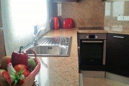 Кухня. Кипр, Гермасойя Лимассол : Апартамент в комплексе с бассейном и в 10 метрах от пляжа, с гостиной, двумя спальнями и балконом с видом на море