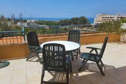 Балкон. Кипр, Пафос город : Апартамент с в балконом с видом на Средиземное море, с отдельной спальней, гостиной, расположен в комплексе с большим бассейном и зеленой территорией