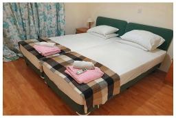 Спальня. Кипр, Пафос город : Апартамент с в балконом с видом на Средиземное море, с отдельной спальней, гостиной, расположен в комплексе с большим бассейном и зеленой территорией