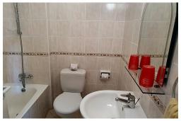 Ванная комната. Кипр, Пафос город : Апартамент с в балконом с видом на Средиземное море, с отдельной спальней, гостиной, расположен в комплексе с большим бассейном и зеленой территорией