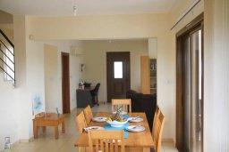 Обеденная зона. Кипр, Киссонерга : Уютная вилла с бассейном и двориком с барбекю, 3 спальни, 2 ванные комнаты, парковка, Wi-Fi