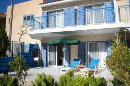Фасад дома. Кипр, Пафос город : Таунхаус в комплексе с бассейном и зеленой территорией, 2 спальни, терраса, Wi-Fi