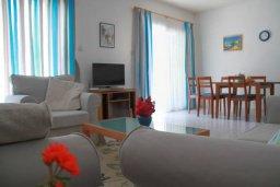 Гостиная. Кипр, Пафос город : Таунхаус в комплексе с бассейном и зеленой территорией, 2 спальни, терраса, Wi-Fi