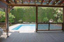 Бассейн. Кипр, Корал Бэй : Прекрасная вилла с бассейном и зеленым двориком с барбекю, 4 спальни, 2 ванные комнаты, парковка, Wi-Fi