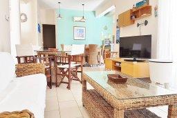 Гостиная. Кипр, Каппарис : Уютная вилла в 100 метрах от пляжа с бассейном и двориком с барбекю, 4 спальни, 3 ванные комнаты, парковка, Wi-Fi