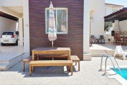 Зона отдыха у бассейна. Кипр, Каппарис : Уютная вилла в 100 метрах от пляжа с бассейном и двориком с барбекю, 4 спальни, 3 ванные комнаты, парковка, Wi-Fi