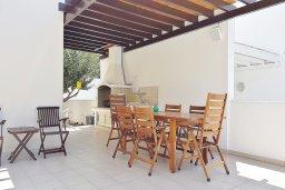 Обеденная зона. Кипр, Каппарис : Уютная вилла в 100 метрах от пляжа с бассейном и двориком с барбекю, 4 спальни, 3 ванные комнаты, парковка, Wi-Fi