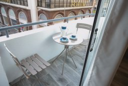 Балкон. Кипр, Ларнака город : Уютная студия с балконом в 150 метах от набережной