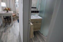 Ванная комната. Кипр, Ларнака город : Уютная студия с балконом в 150 метах от набережной