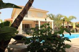 Фасад дома. Кипр, Декелия - Ороклини : Прекрасная вилла в 50 метрах от пляжа с бассейном и двориком с барбекю, 4 спальни,  3 ванные комнаты, парковка, Wi-Fi