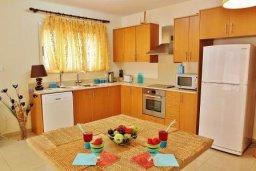 Кухня. Кипр, Декелия - Ороклини : Прекрасная вилла в 50 метрах от пляжа с бассейном и двориком с барбекю, 4 спальни,  3 ванные комнаты, парковка, Wi-Fi