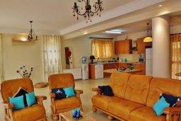 Гостиная. Кипр, Декелия - Ороклини : Прекрасная вилла в 50 метрах от пляжа с бассейном и двориком с барбекю, 4 спальни,  3 ванные комнаты, парковка, Wi-Fi