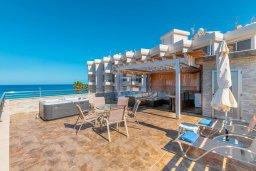 Терраса. Кипр, Фиг Три Бэй Протарас : Роскошная современная вилла с 7-ю спальнями, с бассейном, сауной, джакузи и собственным баром на крыше с прекрасным видом на Средиземное море, расположена около пляжа Fig Tree Bay