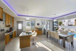 Кухня. Кипр, Фиг Три Бэй Протарас : Роскошная современная вилла с 7-ю спальнями, с бассейном, сауной, джакузи и собственным баром на крыше с прекрасным видом на Средиземное море, расположена около пляжа Fig Tree Bay