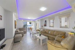 Гостиная. Кипр, Фиг Три Бэй Протарас : Роскошная современная вилла с 7-ю спальнями, с бассейном, сауной, джакузи и собственным баром на крыше с прекрасным видом на Средиземное море, расположена около пляжа Fig Tree Bay
