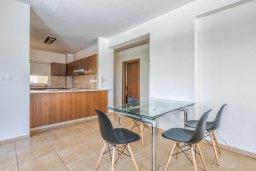 Кухня. Кипр, Мутаяка Лимассол : Апартамент с просторной гостиной, тремя отдельными спальнями и двумя ванными комнатами, для 6 человек