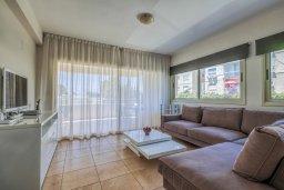 Гостиная. Кипр, Мутаяка Лимассол : Апартамент с просторной гостиной, тремя отдельными спальнями и двумя ванными комнатами, для 6 человек